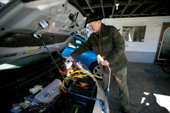Fred Wissemann using his LEAF battery for emergency backup power